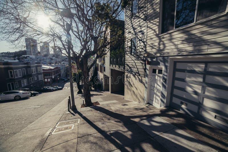 Улица Сан-Франциско типичная с частными домами на холмах стоковые изображения rf