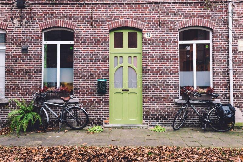 Улица, стена и велосипеды в осени Генте стоковые фото