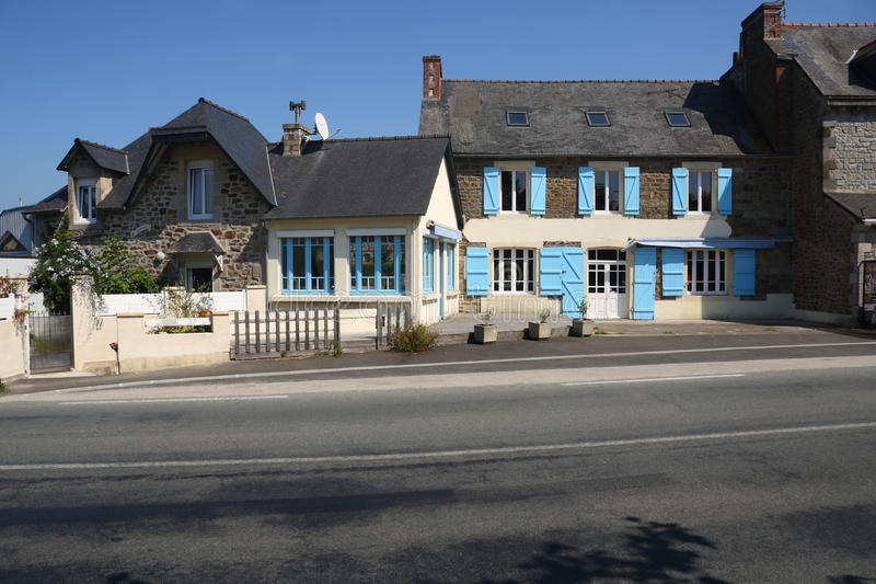 Улица с домами в французе Бретани стоковое изображение rf