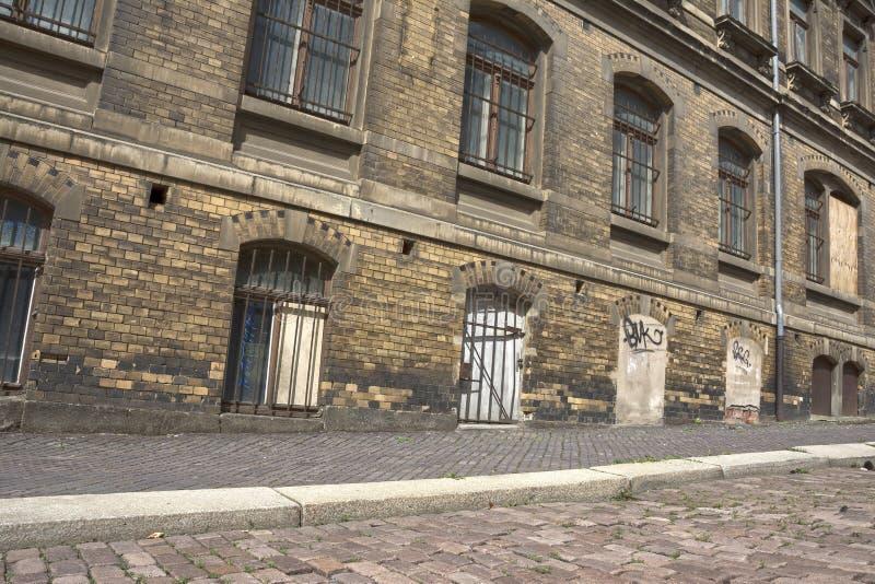 Улица с жилым зданием, которое нуждается в реконструкции стоковое фото