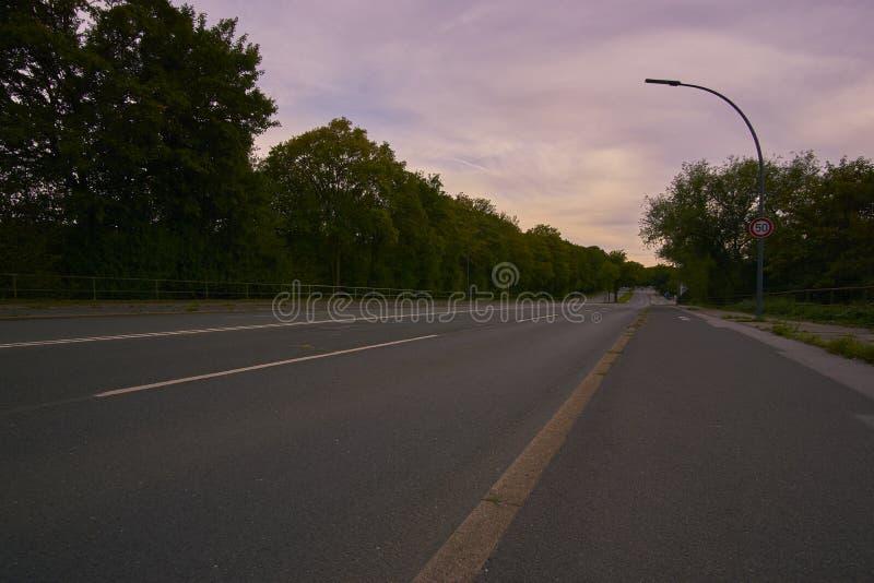 Улица с знаком уличного движения стоковое изображение
