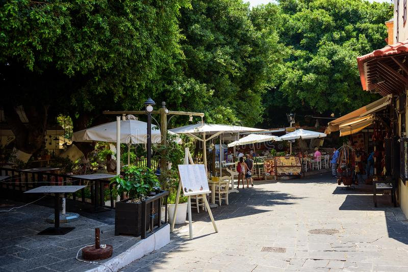Улица с малыми харчевнями и сувенирными магазинами в городке Родоса Остров Родос, Греция стоковое фото