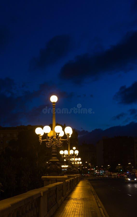 Улица с фонариками летом в Валенсия, Испания ночи стоковые фото