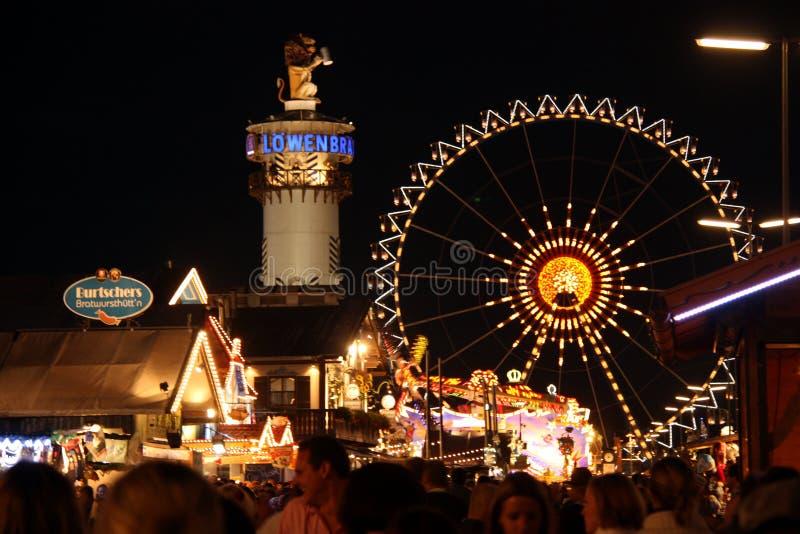 Улица с шатрами пива на Oktoberfest стоковое изображение