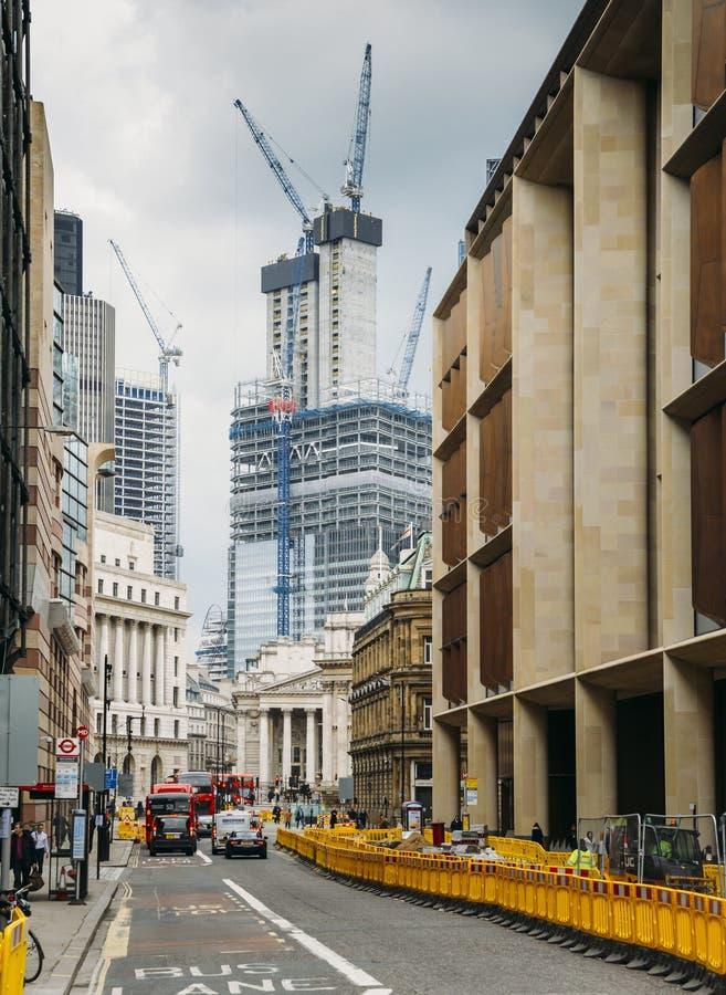 Улица ферзя Виктории в городе Лондона, Англии, Великобритании с Королевской биржей на дальнем конце Тяжелая конструкция происходя стоковое фото rf