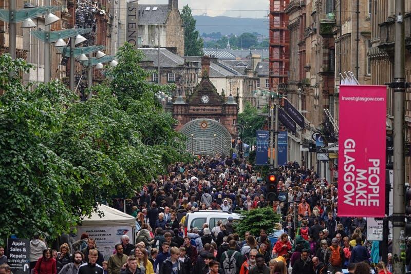 Улица Buchanan в Глазго, Шотландии заполнила с пешеходами в течение дня стоковые изображения rf