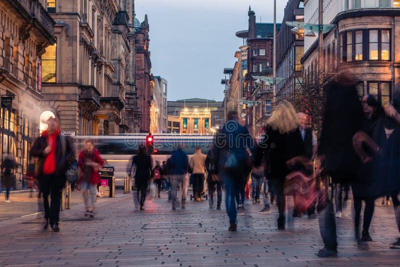 Улица Buchanan занятая с покупателями и регулярными пассажирами пригородных поездов во время выравниваясь часа пик стоковое изображение rf
