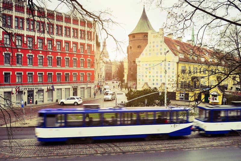 Улица bulvaris Zigfrida Annas Meierovica с проходить трамвай в Риге, Латвии стоковое фото rf