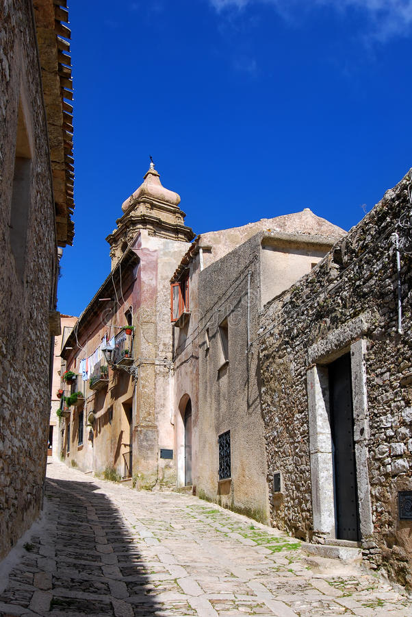 улица erice средневековая стоковое фото