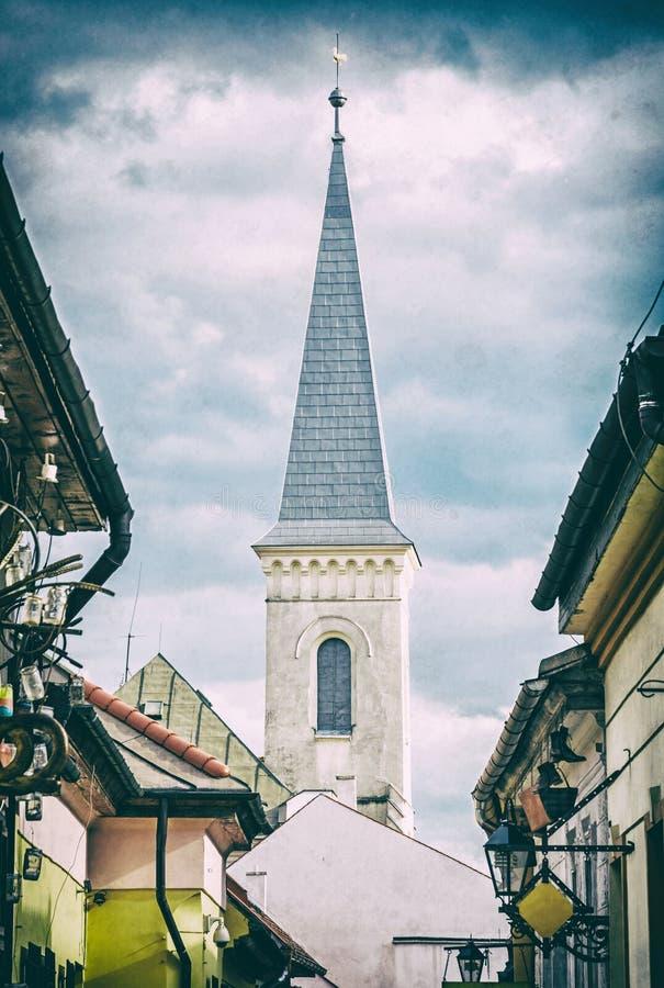 Улица Hrnciarska с кальвинистской церковью в Kosice, сетноом-аналогов фильтре стоковая фотография