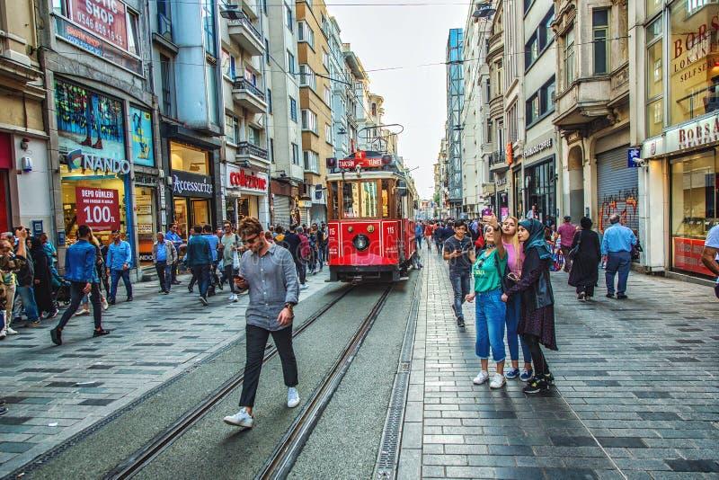 Улица Istiklal и известный красный трамвай идя вдоль улицы стоковое изображение rf