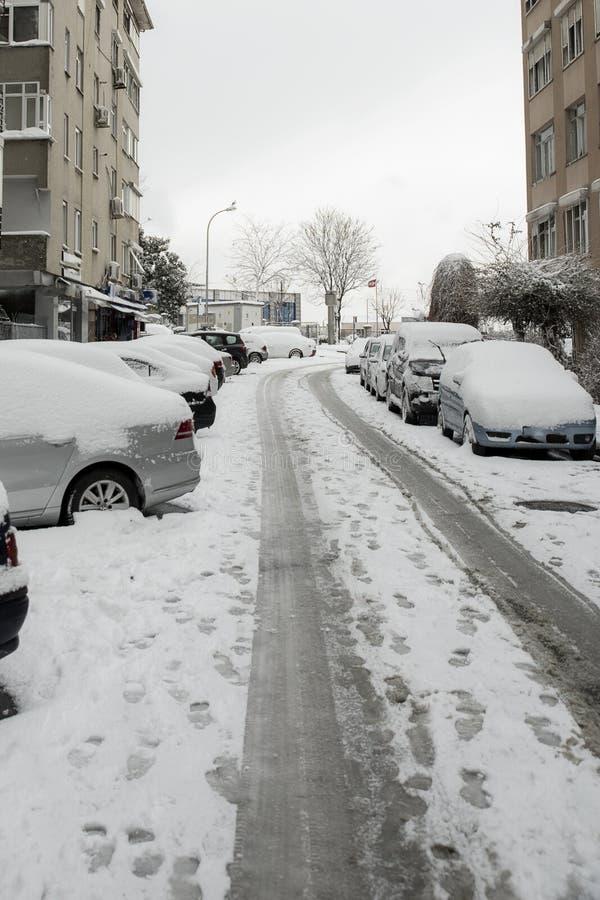 Улица moda сезона зимы Стамбула в снеге Холодный день в Стамбуле стоковое фото rf