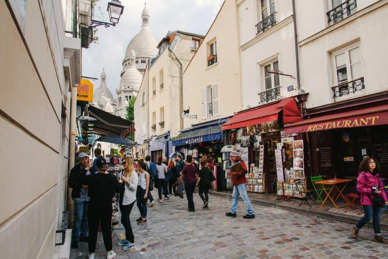Улица Montmartre и базилика Sacre-Coeur стоковые фото