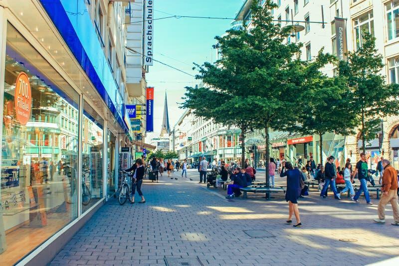 Улица Pedestrianized с людьми и магазинами в историческом центре Гамбурга, Германии стоковые фотографии rf