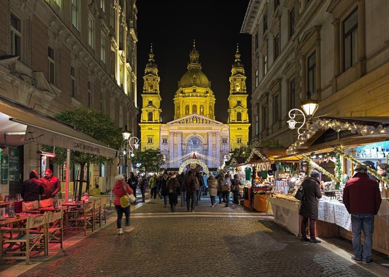 Улица Zrinyi и взгляд базилики ` s St Stephen с рождественской ярмаркой в Будапеште, Венгрии стоковые изображения rf