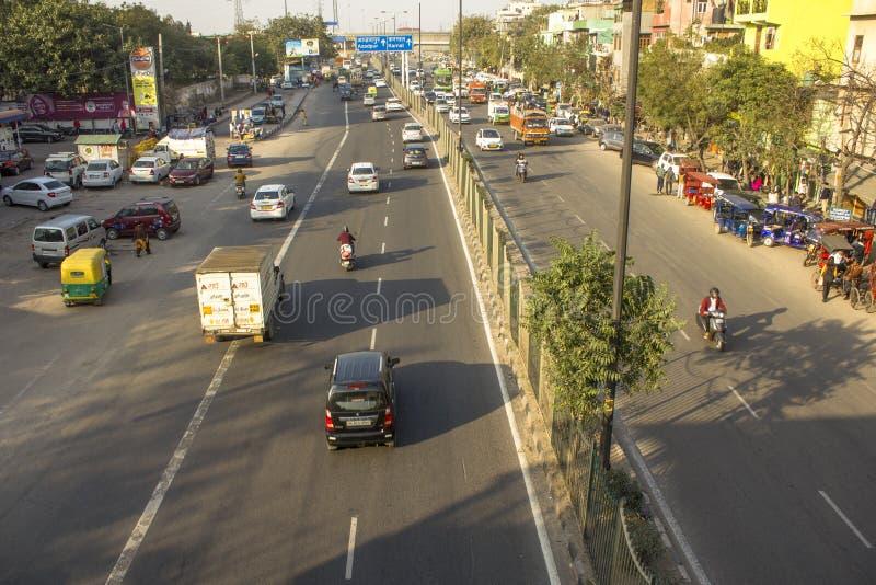 улицы индийского города с современным движением и пешеходами, видом с воздуха стоковая фотография