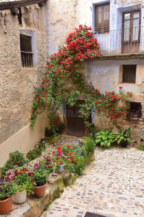 Улицы и углы средневековой деревни Valderrobres, человека стоковые изображения rf