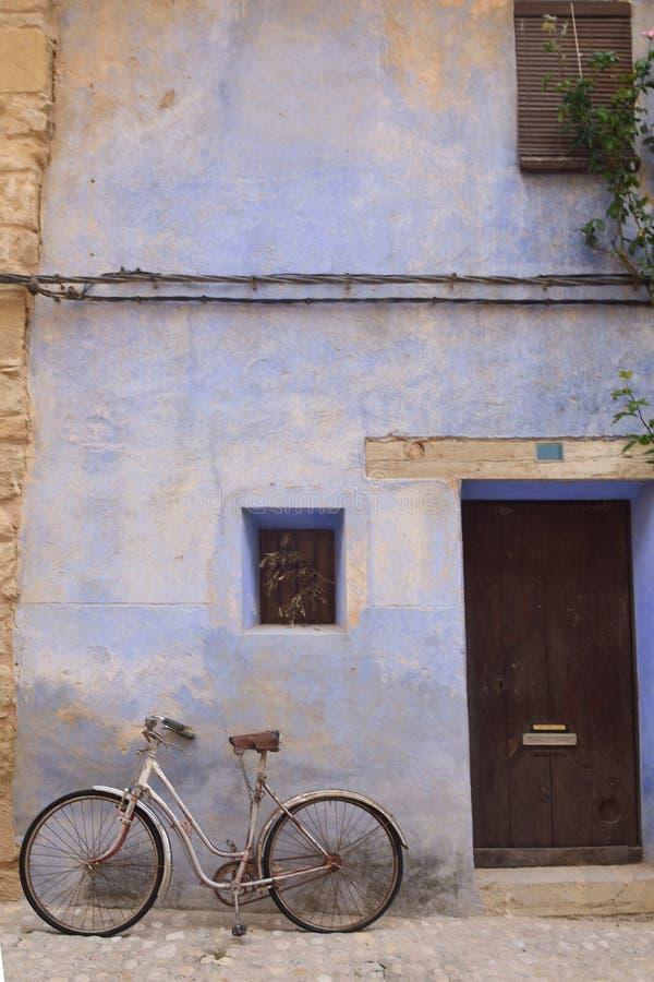 Улицы и углы средневековой деревни Valderrobres, человека стоковые фотографии rf