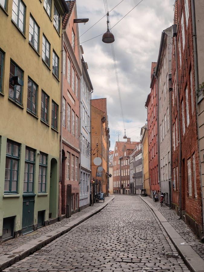 Улицы Копенгагена старые мощенные булыжником, Дания стоковая фотография rf