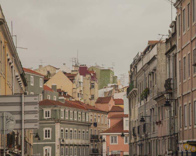 Улицы Лиссабона - традиционные дома и облачные небеса стоковая фотография rf