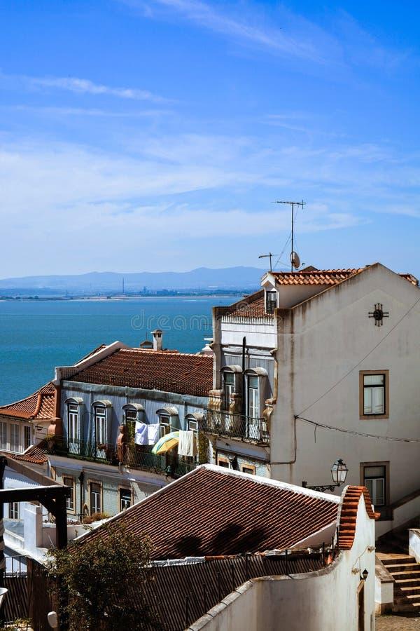 Улицы Лиссабона alfama Река Tejo Предпосылка неба стоковые фотографии rf
