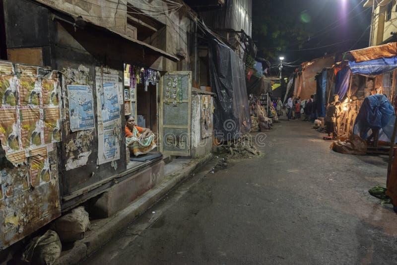 Улицы Kumartuli после наступления темноты, Kolkata, Индия стоковое изображение rf