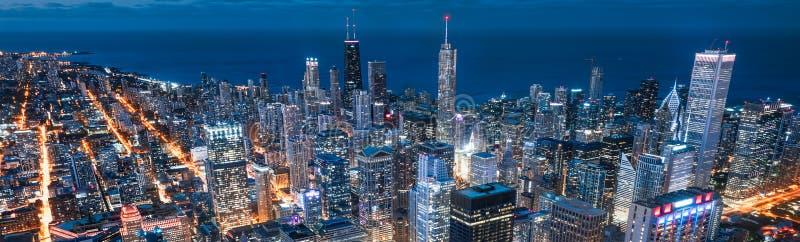 Улицы, ligths и ночь Чикаго стоковое фото