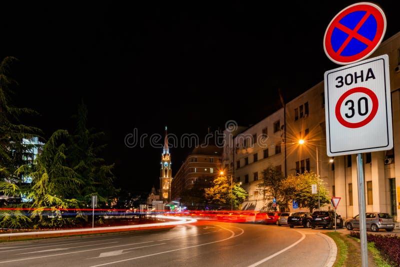 Улицы Novi грустные вечером Взгляд ночи квадрата Trg свободы Slobode с церковью Mary, touris стоковое фото