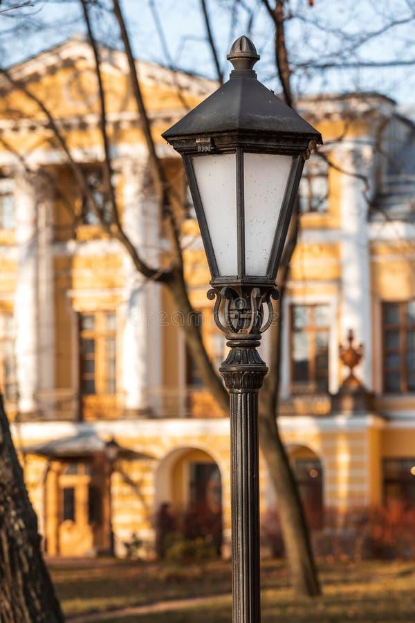 Уличная лампа на столбе красивая яркая лампа на фоне осеннего города стоковые фотографии rf