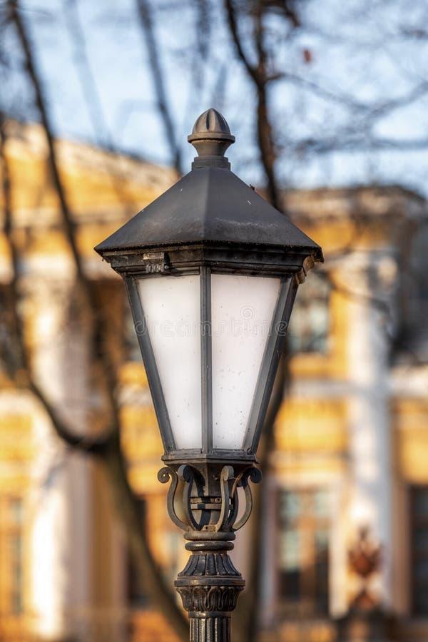 Уличная лампа на столбе красивая яркая лампа на фоне осеннего города стоковое фото