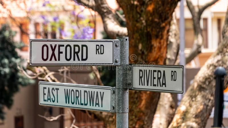 Уличная табличка в Йоханнесбурге, показывающая направления для дорог Оксфорда, Ист-Вордвэй и Ривьера, ЮАР стоковая фотография rf