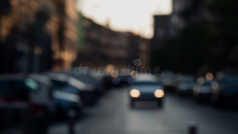 Уличное движение на сумраке из фокуса Запачканное bokeh стоковая фотография rf