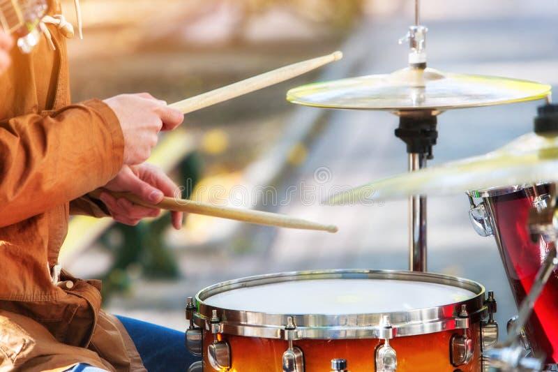 Уличные исполнители музыки на осени внешней Средняя секция части тела стоковые фото
