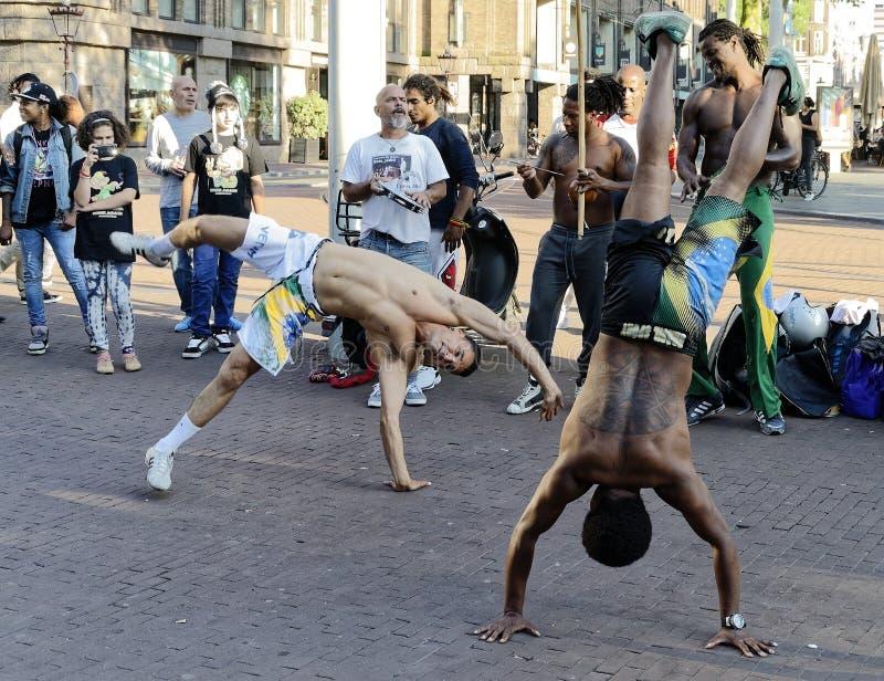 Уличные исполнители танцоры capoeira выполняя на улице стоковые изображения