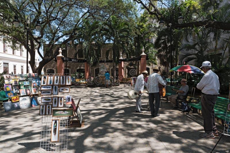 Уличные торговцы и музыканты в Madre паркуют в историческом центре Мериды, Юкатана, Мексики стоковые изображения rf