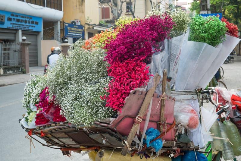 Уличные торговцы продавая различные типы цветков от их велосипеда в квартале Ханоя старом стоковые фотографии rf