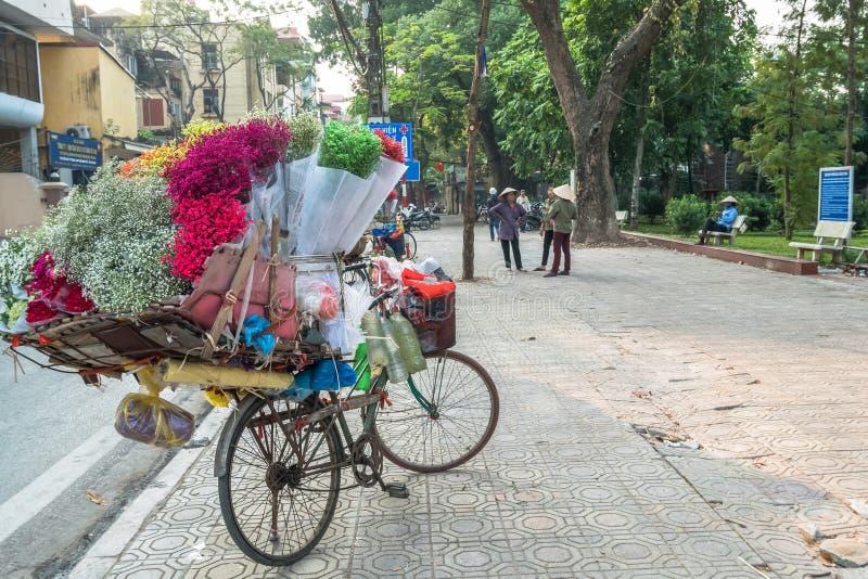 Уличные торговцы продавая различные типы цветков от их велосипеда в квартале Ханоя старом стоковые изображения