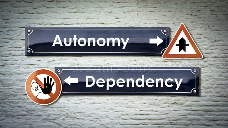 Уличный знак автономии против зависимости стоковые фотографии rf