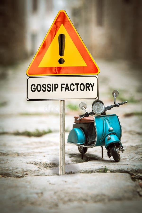 Уличный знак GOSSIP FACTORY стоковая фотография rf