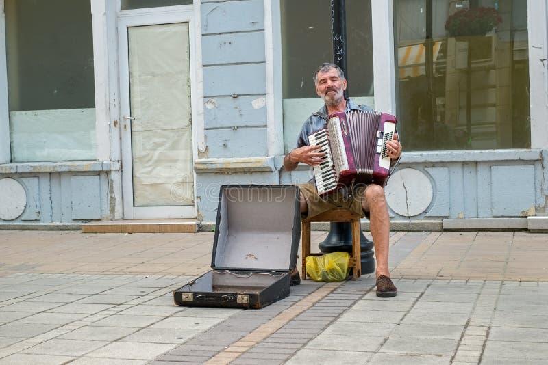 Уличный исполнитель поет к аккордеону стоковое изображение rf