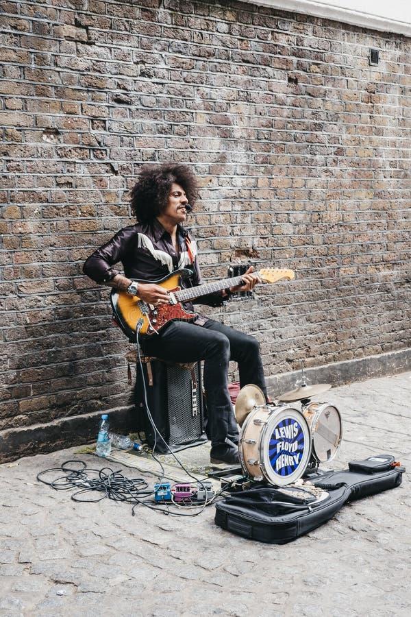 Уличный исполнитель поя на майне кирпича, Лондоне, Великобритании стоковые изображения