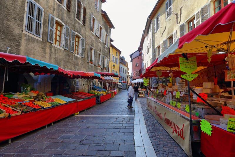 Уличный рынок воскресенья в старом городе Анси, Франции стоковые фотографии rf