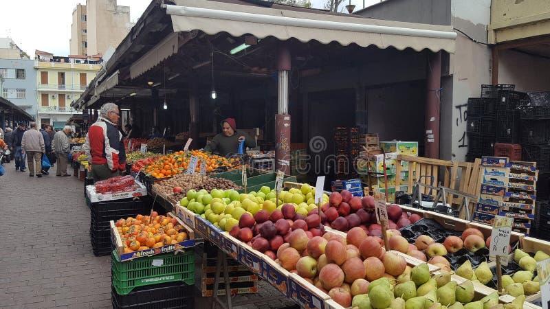 Уличный рынок со свежими фруктами и овощами в городских Афина, Греции стоковое фото