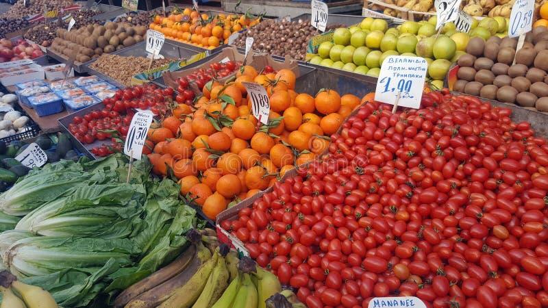 Уличный рынок со свежими фруктами и овощами стоковые фотографии rf