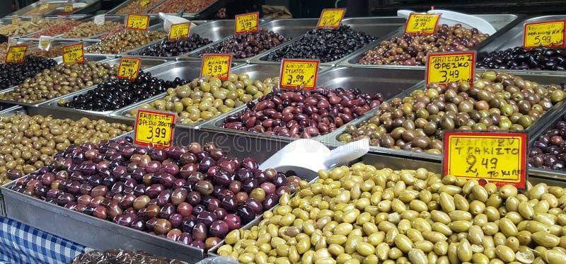 Уличный рынок с оливками ассортимента в городских Афина, Греции стоковые изображения rf