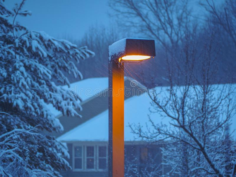 Уличный свет в шторме снега стоковое фото rf