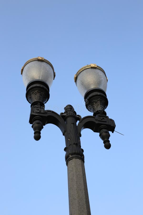 Уличный свет с предпосылкой голубого неба стоковая фотография rf