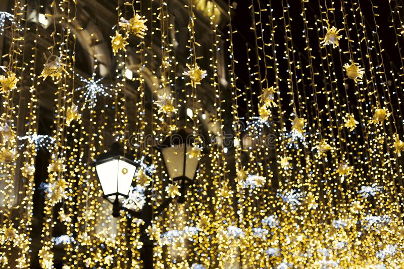уличный фонарь при желтая сусаль светя на ноче стоковые фотографии rf