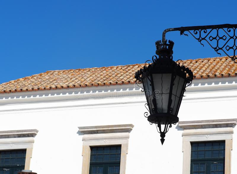 Уличный фонарь с чугунным дизайном в Faro Португалии стоковая фотография