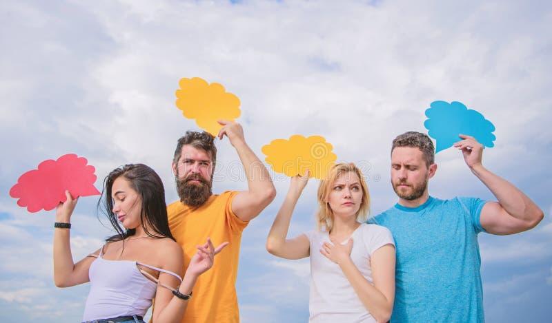 Улучшать их навыки связи Люди говорят используя пузыри речи Удовольствие связи группы Друзья отправляют стоковая фотография
